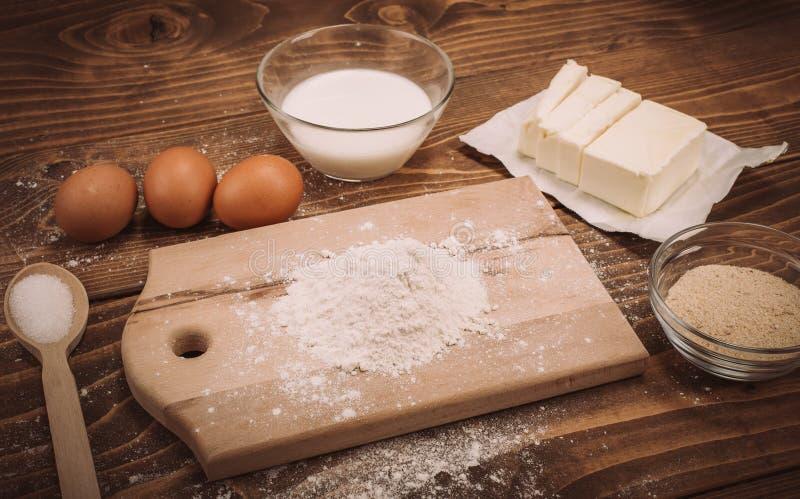 Degreceptingredienser på lantligt wood kök för tappning stiger ombord royaltyfri bild