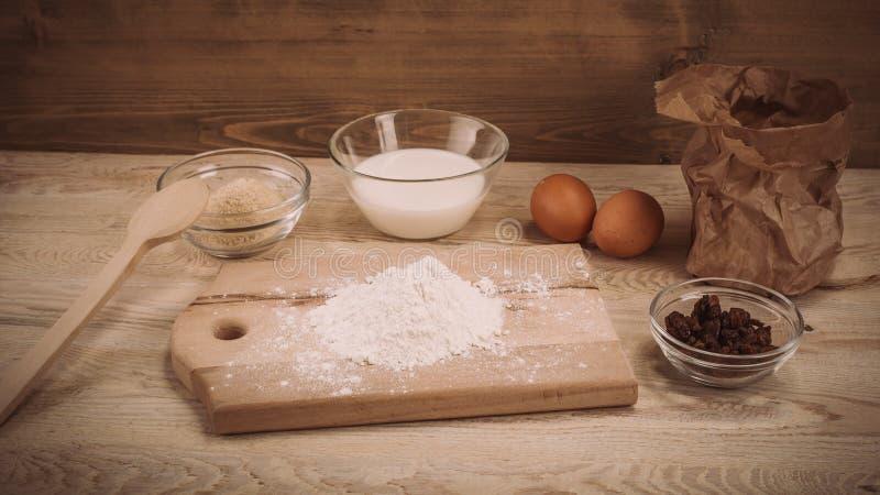 Degreceptingredienser på lantligt wood kök för tappning stiger ombord fotografering för bildbyråer