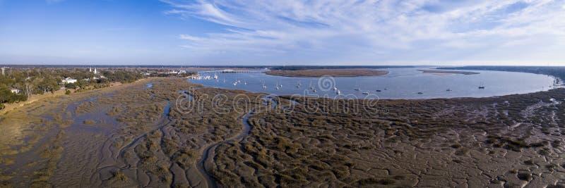180 degreen flyg- panorama av kuststaden fotografering för bildbyråer