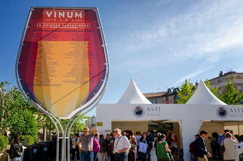 Degustação de vinhos em Vinum alba, Itália fotografia de stock