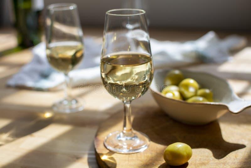 degustación de vino de cerezo, vino fortificado fino seco de uvas blancas palaminas, El Puerto de Santa María, Andalucía, Espaà foto de archivo