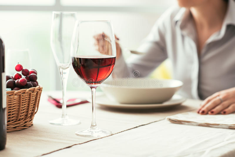 Degustación de vinos en el restaurante imagenes de archivo
