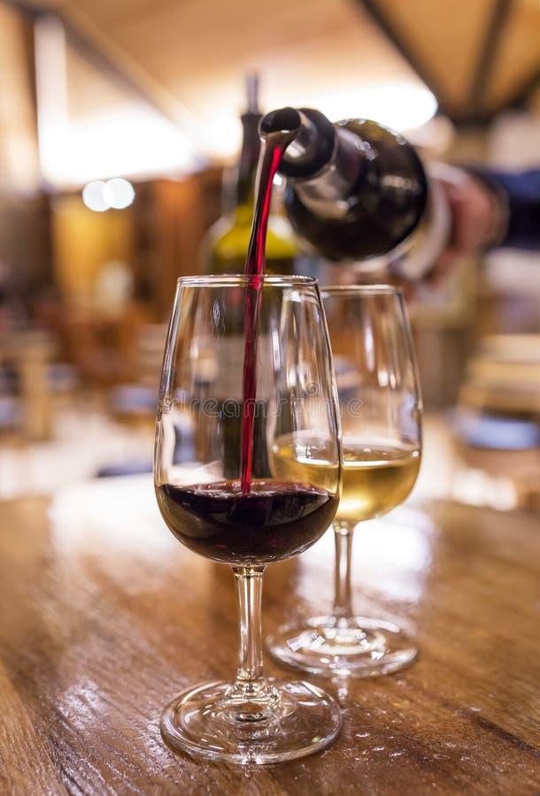 Degustation du vin de port blanc et rouge dans la salle de dégustation à Porto photos stock