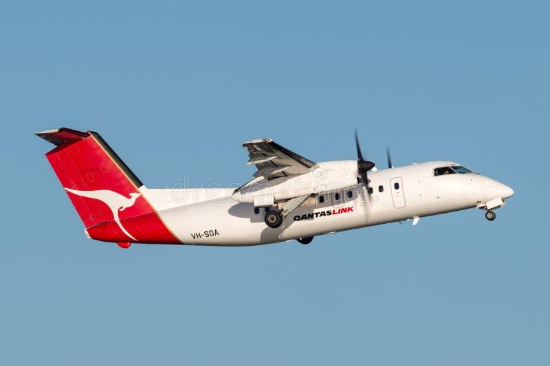 DeHavilland DHC-8 QantasLink Qantas zweimotorige regionale Passagierflugzeugflugzeuge Abreisesydney airport Schlages 8 stockfotografie