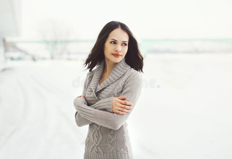 Dehors portrait de jolie jeune femme dans le chandail tricoté photographie stock libre de droits