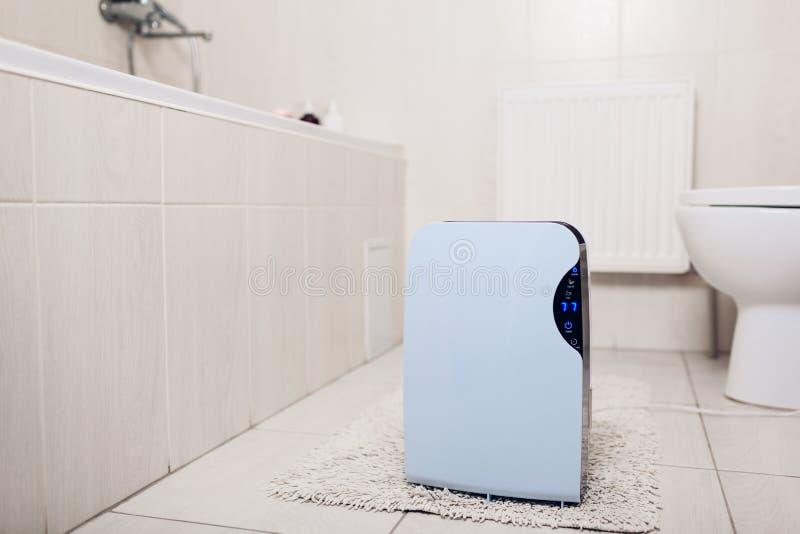 Dehumidifier с сенсорной панелью, индикатором влажности, ультрафиолетовой лампой, ionizer воздуха, работами контейнера воды в bat стоковые изображения rf