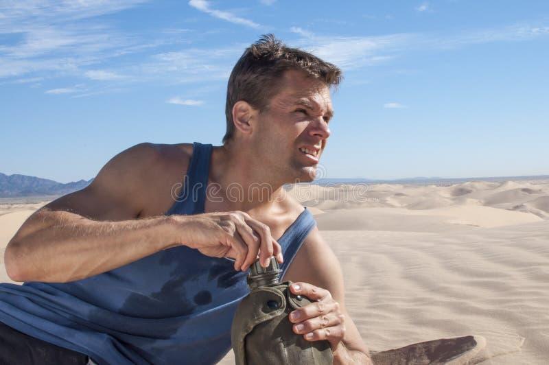 Dehydratie in woestijn royalty-vrije stock afbeeldingen