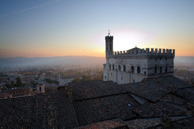 Dei Consoli no por do sol, Gubbio Itália de Palazzo imagens de stock