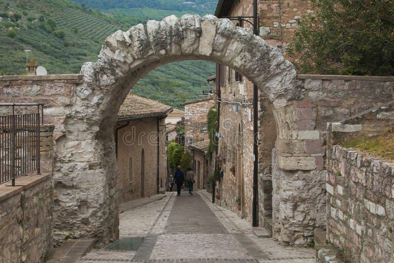 Dei famoso Cappuccini de Porta do arco romano em Spello ?mbria, Italy fotos de stock royalty free