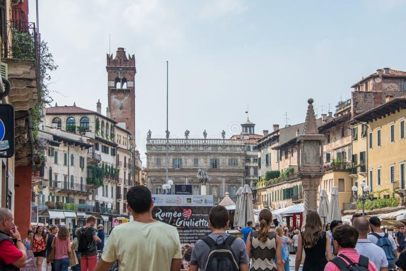 Dei Lamberti de Torre dans le delle Erbe de place à Vérone avec des touristes photos libres de droits