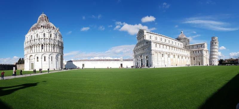 Dei Miracoli аркады, небо, ориентир ориентир, представительный дом, трава стоковая фотография rf
