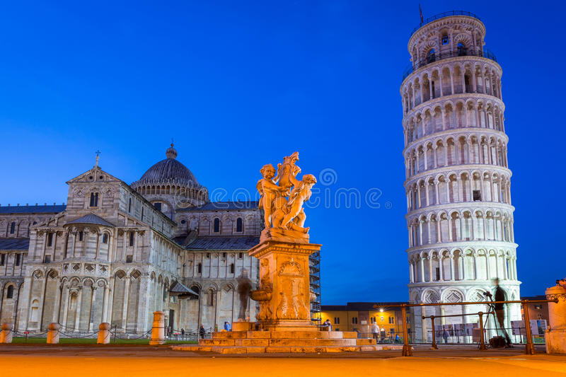 Dei Miracoli della piazza con la torre pendente di Pisa immagine stock libera da diritti