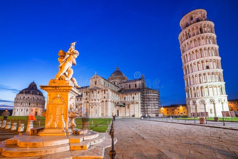 Dei Miracoli della piazza con la torre pendente di Pisa fotografie stock
