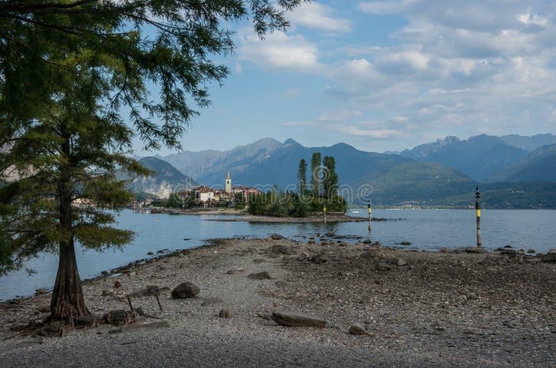 Dei Pescatori Isola, остров рыболова в озере Maggiore, островах Borromean, Stresa Пьемонте Италии, Европе Форма Isola Bella взгля стоковые изображения rf