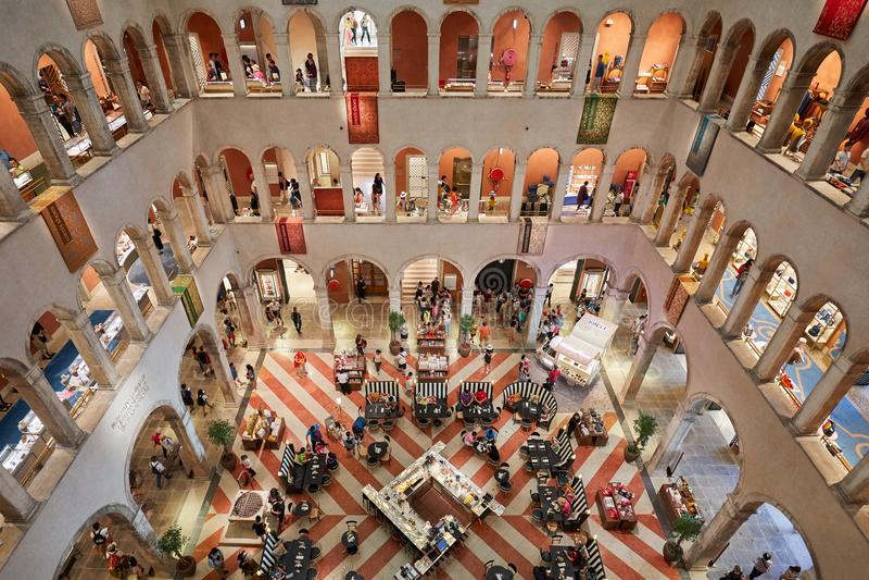 Dei Tedeschi de Fondaco, interior luxuoso da loja do epartment, opinião de ângulo alto com os povos em Itália imagem de stock royalty free