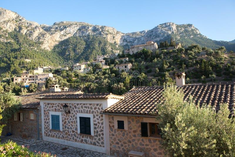 Deia传统石村庄在马略卡Tramuntana山拜雷阿尔斯西班牙 美丽的村庄在马略卡Deia 免版税库存图片