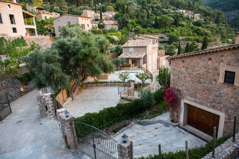 Deia传统石村庄在马略卡Tramuntana山拜雷阿尔斯西班牙 美丽的村庄在马略卡Deia 库存照片