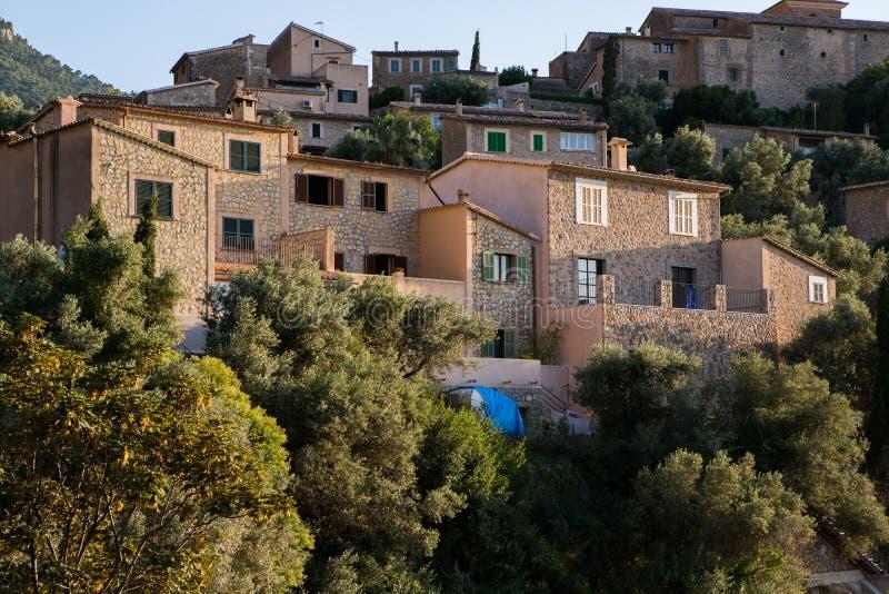 Deia传统石村庄在马略卡Tramuntana山拜雷阿尔斯西班牙 美丽的村庄在马略卡Deia 免版税库存照片