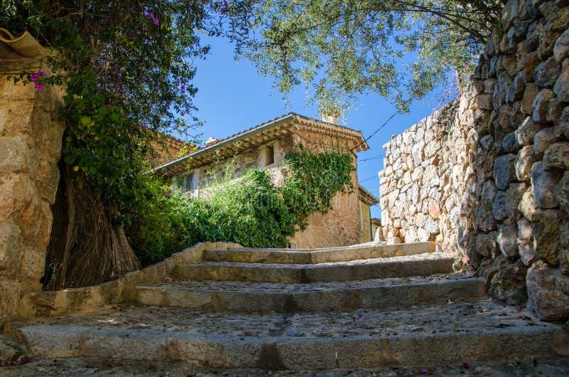 Deia,马略卡,西班牙议院  在西班牙村庄Deia的街道的浪漫角落 库存照片