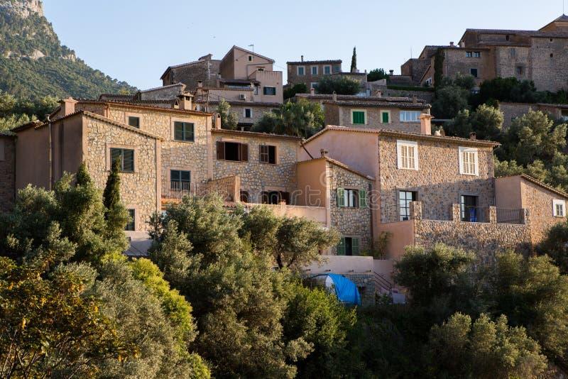 Deia traditionell stenby i det Majorca Tramuntana berget Balearic Spanien Härlig by i Mallorca Deia royaltyfria bilder