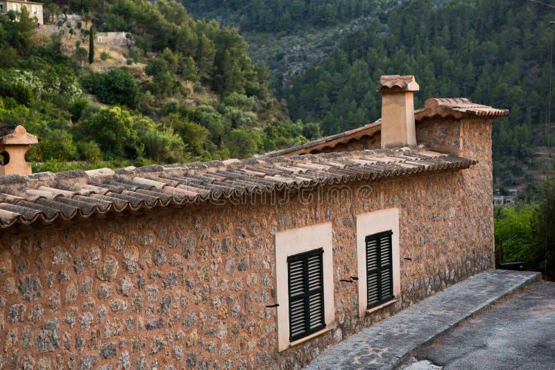 Deia traditionell stenby i det Majorca Tramuntana berget Balearic Spanien Härlig by i Mallorca Deia arkivfoto
