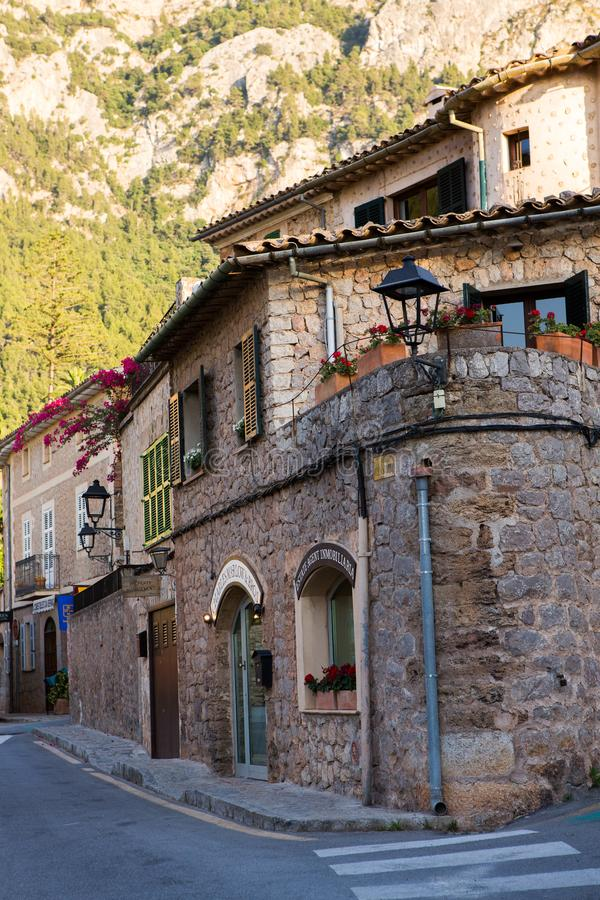 Deia traditionell stenby i det Majorca Tramuntana berget Balearic Spanien Härlig by i Mallorca Deia royaltyfri bild