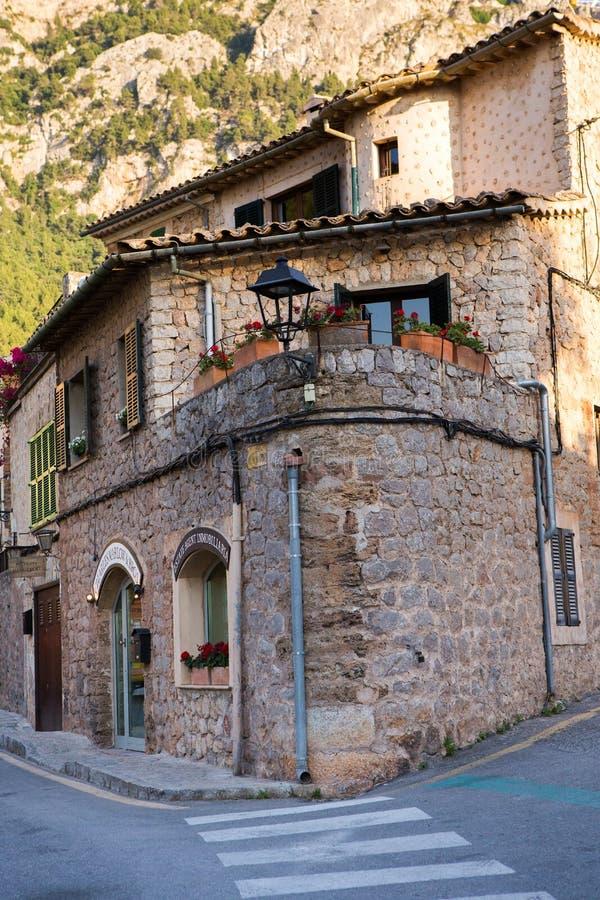 Deia traditionell stenby i det Majorca Tramuntana berget Balearic Spanien Härlig by i Mallorca Deia arkivfoton