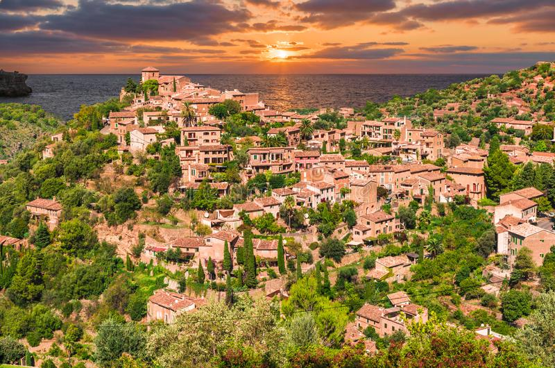 Deiadorp in zonsondergangtijd, Palma Mallorca-eilanden, Spanje stock fotografie