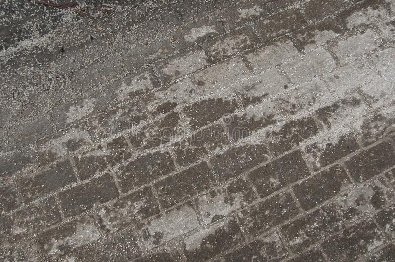 Deicing химикаты на дороге асфальта стоковая фотография rf