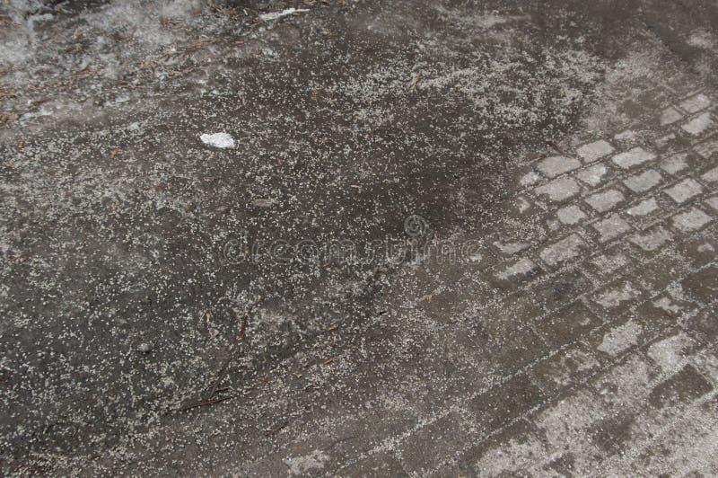Deicing химикаты на дороге асфальта стоковое изображение
