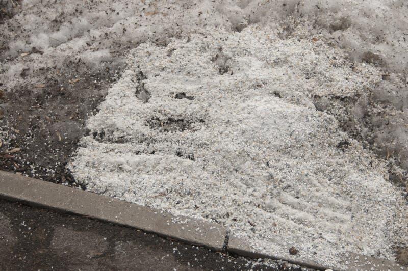 Deicing химикаты около дороги асфальта стоковые фото