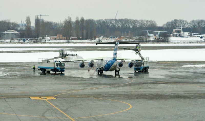 Deicing воздушные судн крыла обработки в авиапорте Boryspil Киев, Украин стоковые фото