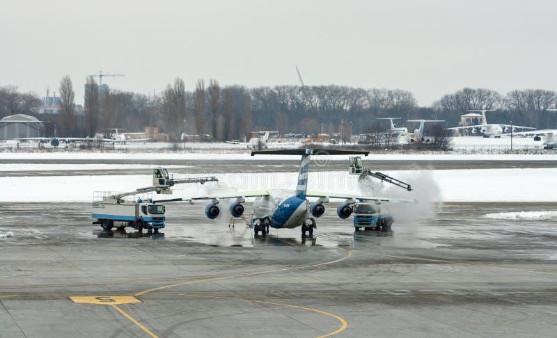 Deicing воздушные судн крыла обработки в авиапорте Boryspil Киев, Украин стоковое фото rf