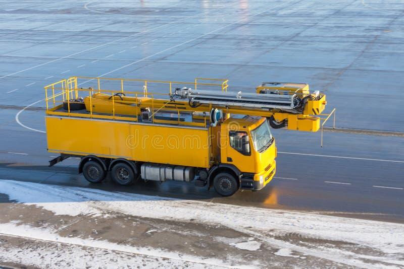 Deicing желтый автомобиль на авиаполе в аэропорте стоковые изображения