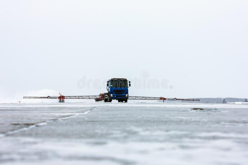 Deicing обрабатывающ удаление взлётно-посадочная дорожка и снега стоковая фотография rf