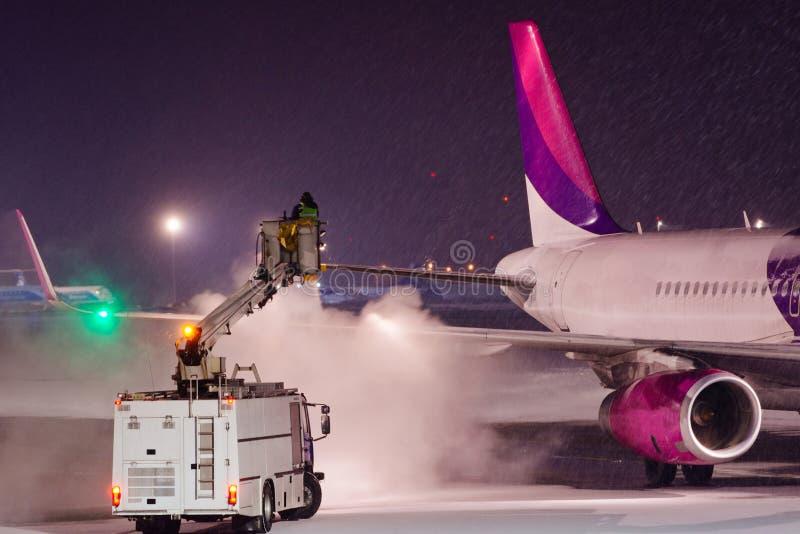 Deicing самолет с гликолем стоковые фотографии rf