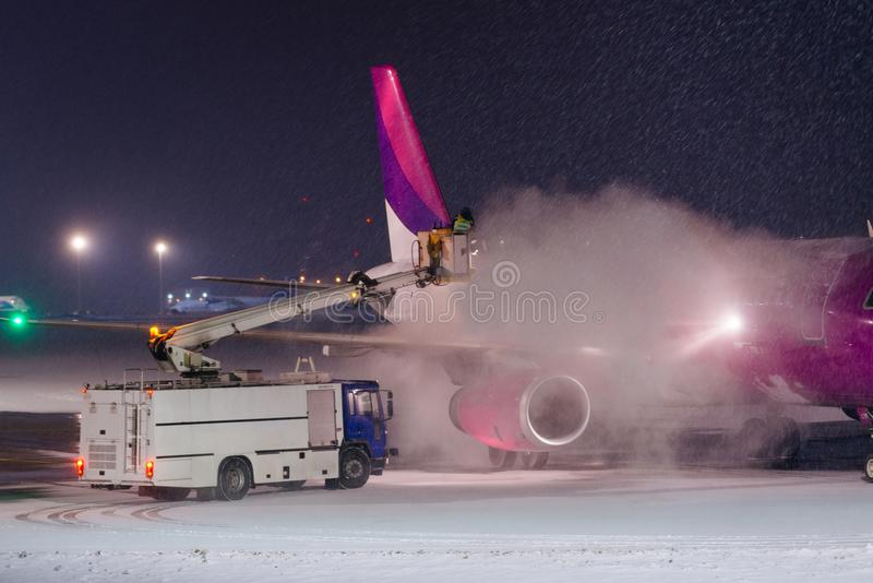 Deicing самолет с гликолем стоковое фото rf