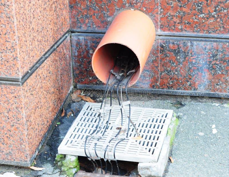 Deicing сточной канавы Топление сточной канавы Закройте вверх на установке кабеля трубопровода дренажа downspout сточной канавы d стоковые фотографии rf