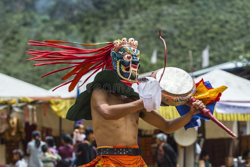 Deidade do protetor do budismo que dança e que rufa, dança da máscara do homem poderoso, Butão fotografia de stock royalty free