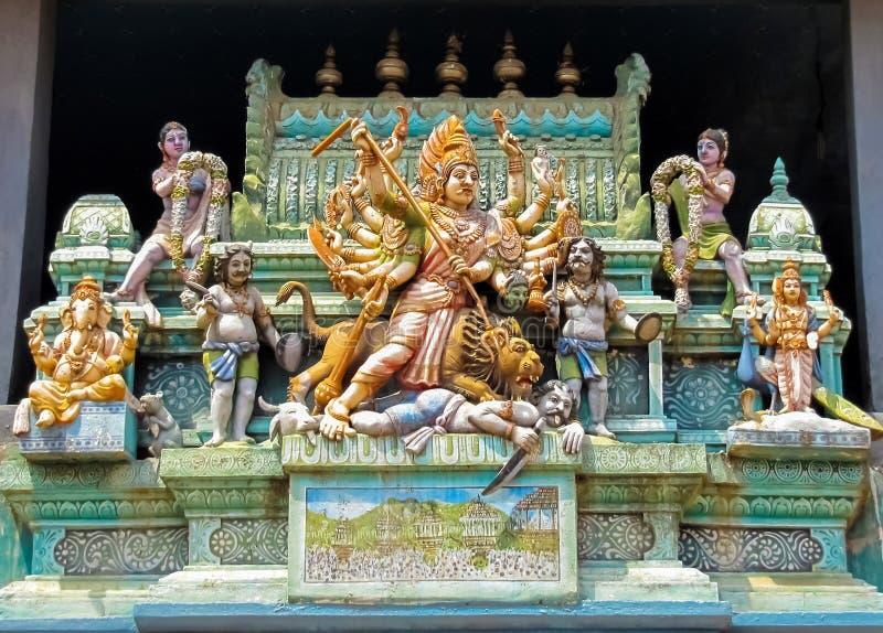 Deidades hindúes en la fachada de un templo hindú fotografía de archivo