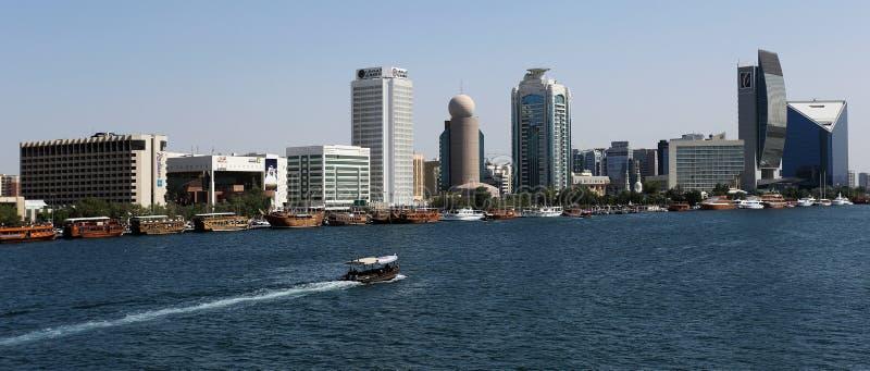 Deira双塔和迪拜Creek有小船的,阿拉伯联合酋长国 图库摄影