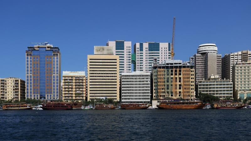 Deira双塔和迪拜Creek有小船的,阿拉伯联合酋长国 免版税库存照片