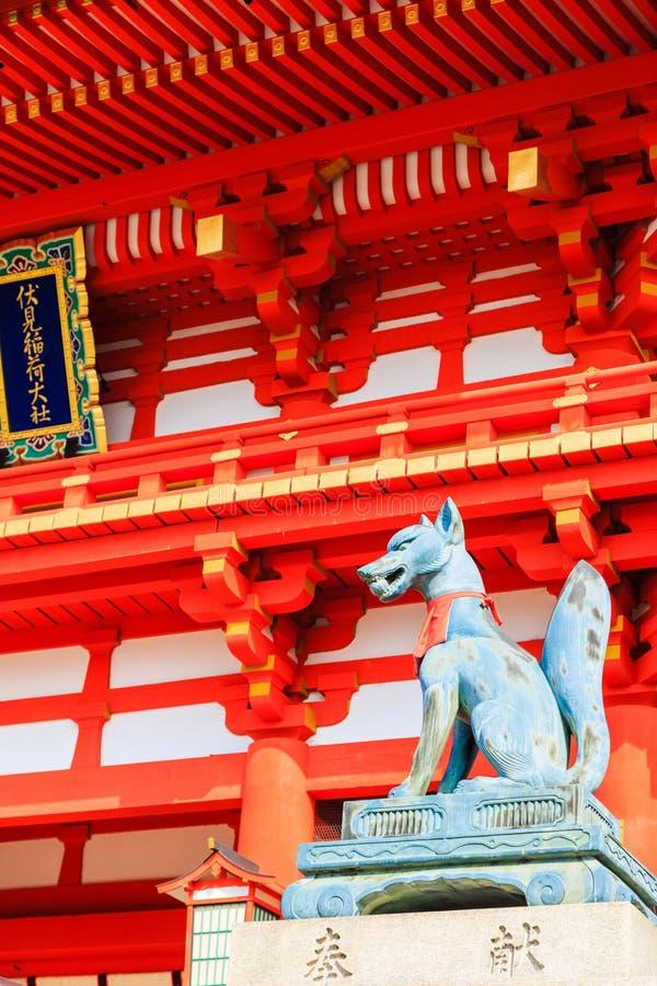 Deity vosbeeldhouwwerk voor oude houten Japanse boogrug stock foto's