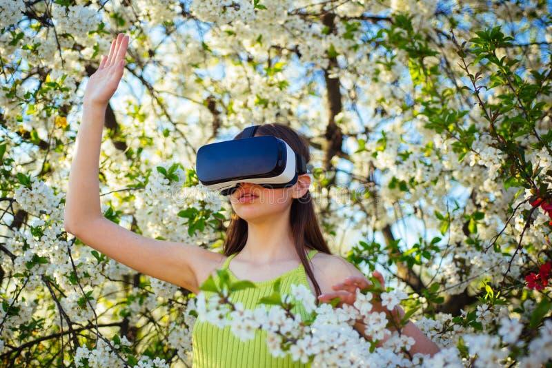 Deixa assim fantasiam Menina bonita em auriculares da realidade virtual Simulação virtual da tecnologia Jogo bonito da menina na  imagens de stock royalty free