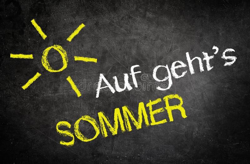 Deixa para ir mensagem do verão em um quadro preto imagem de stock