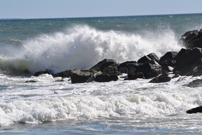 Deixar de funcionar alto das ondas do oceano irritado foto de stock