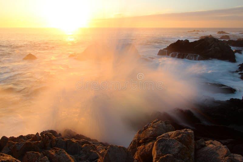 Deixar de funcionar dramático acena no por do sol na costa de Big Sur, parque estadual de Garapata, perto de Monterey, Califórnia imagens de stock