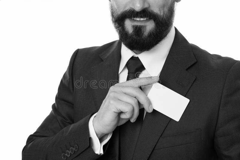 Deixe-me introduzir-se Sinta livre contactar-me Cartão branco vazio plástico de sorriso da posse do homem de negócios O homem de  fotos de stock royalty free