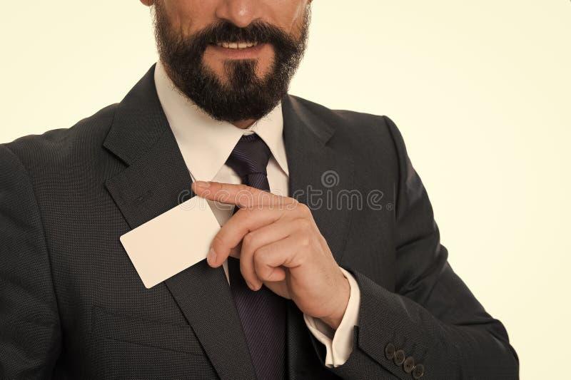Deixe-me introduzir-se Sinta livre contactar-me Cart?o branco vazio pl?stico de sorriso da posse do homem de neg?cios O homem de  fotografia de stock royalty free