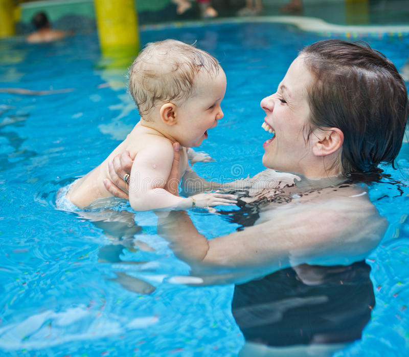 Deixe-nos ir nadar pela primeira vez foto de stock
